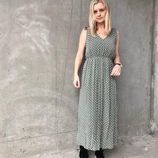 ed4bd67e Lang kjole med prikker i viskose grøn, gul, grå| Cow Concept