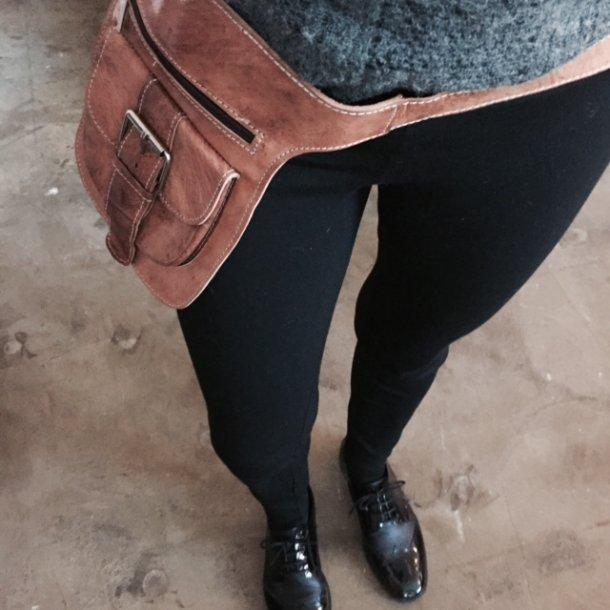 Bæltetaske med spænde <br>kernelæder